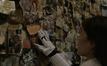 The Walking Dead Finds a Long-Lost Relative on the Wall of the Lost